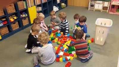 dzieci-zabawa-klocki-min